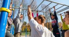 Владимир Скоробагач принял участие в мастер-классе по воркауту на новой площадке в парке Горького
