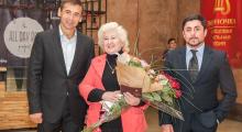 Владимир Скоробагач поздравил жительницу Киевского района с присвоением звания «Мать-героиня»
